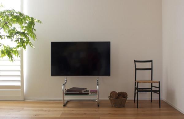 シンプルモダンデザインの壁寄せテレビスタンドFSM