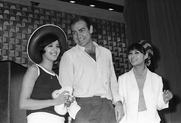 『007は二度死ぬ』の来日記者会見。1966年7月29日。左から浜美枝、ショーン・コネリー、若林映子