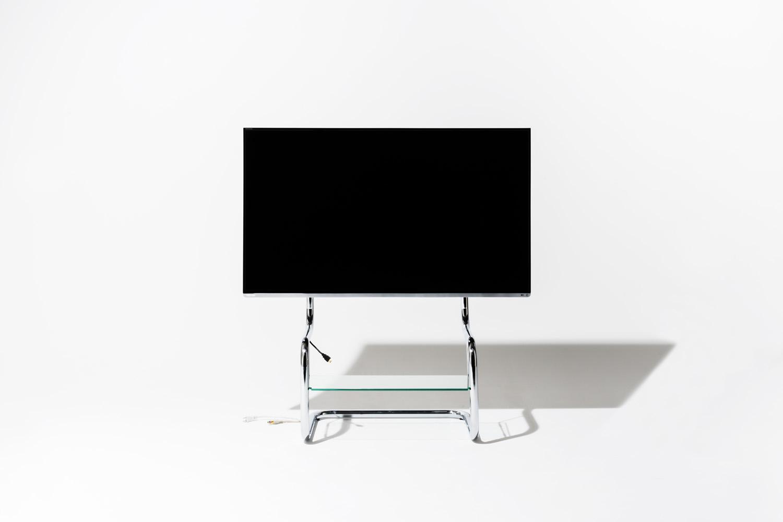 テレビは幅112cm、縦66cmの東芝レグザ50インチをシンプルで機能的なデザインのテレビスタンドFSMに取り付けた際の写真。