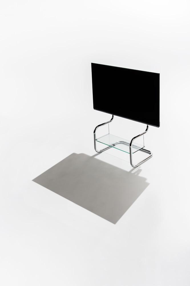 シンプルなテレビスタンド。斜めからのインテリア写真