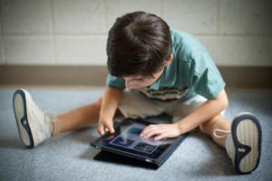 子供がアイパッドを使っているのは珍しくありませんが、その使い方を見てあげるは大人の責任です。