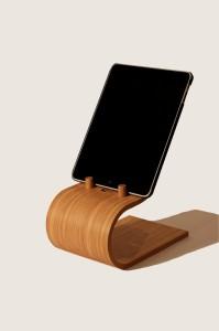 この アイパッドスタンド はキッチンで立ち仕事をする環境での使用を前提として開発されたもの。タブレット端末の下端がテーブル面から12センチの高さとなるよう設定されており、立ってタブレットを使うのに最適な高さと角度となるようデザインされています。
